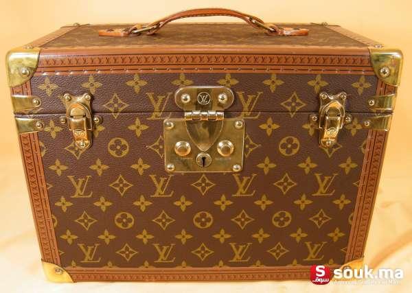 71fa338e1612 Magnifique malette en cuir Louis Vuitton. Cette malette est a code au lieu  de serrure . Objet d exception car édition limitée. A été produit en très  petite ...